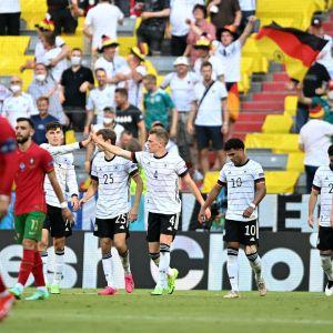 Tyska spelare jublar mot Portugal.