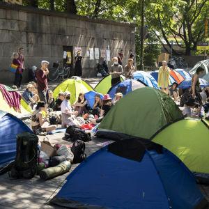 Demonstrantern sitter bland sina tält på Unionsgatan.