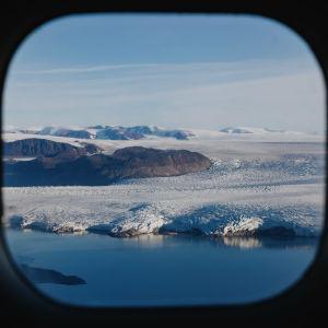 Kongsbreen jäätikkö kuvattuna lentokoneen ikkunasta.