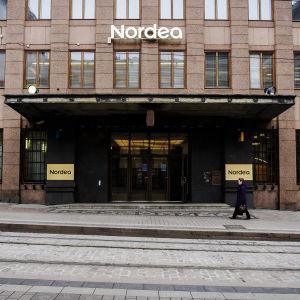 Kuvassa on Nordean konttori Helsingin Aleksanterinkadulla.