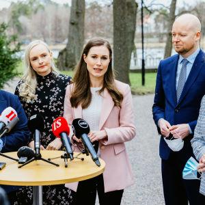 Regeringen Marin håller presskonferens. I bild Annika Saarikko, Maria Ohisalo, Sanna Marin, Jussi Saramo och Anna-Maja Henriksson.