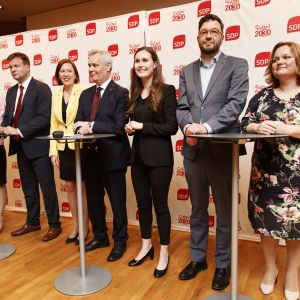 SDP:s presskonferens 4.6.2019. Från  vänster Jutta Urpilainen, Tytti Tuppurainen, Ville Skinnari, Sirpa Paatero, Antti Rinne, Sanna Marin, Timo Harakka, Krista Kiuru