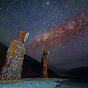 Kaksi kivipatsasta tähtitaivaan alla.
