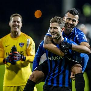 Inters spelare firar derbysegern.