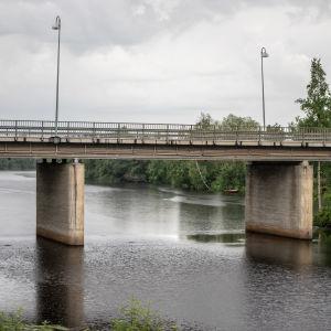 Perhonjoen ylittävä maantiesilta Kaustisella.