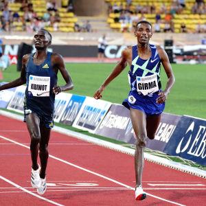 Lamecha Girma spurtar i mål före Abraham Kibiwot.