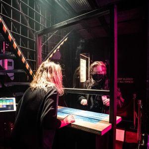 En väljare lämnar in sin röst på en rockklubb som fungerar som vallokal.
