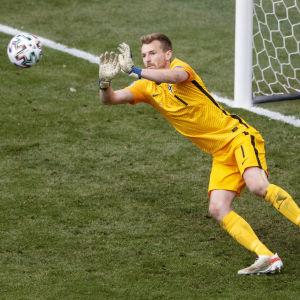 Lukas Hradecky räddar en boll.