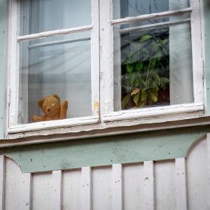 Pehmolelu ikkunassa.