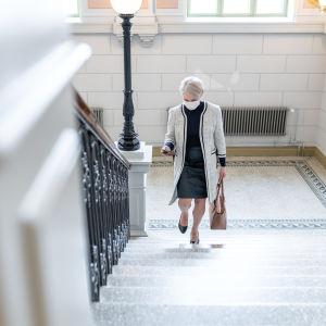 Riitta Mäkinen kiipeää Jyväskylän kaupungintalon portaita.