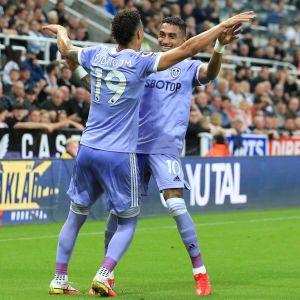 Leedsin Raphinha Dias Belloli ja Rodrigo juhlivat maalia.
