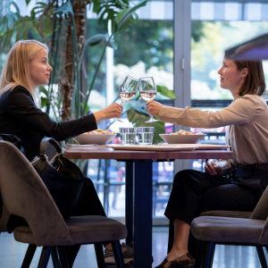 Asiakkaat Tytti Hast (vas) ja Iris Ollila syömässä lounasta Ravintola Teatterissa, Helsinki, 25.9.2020.