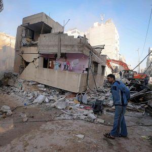Tvätten hänger kvar på balkongen till ett sönderbombat hus i Gaza City. Bilden togs på söndag morgon.