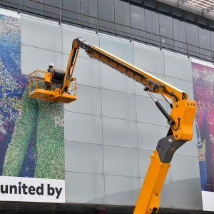 Reklamaffischerna på Camp Nou rivs ner.