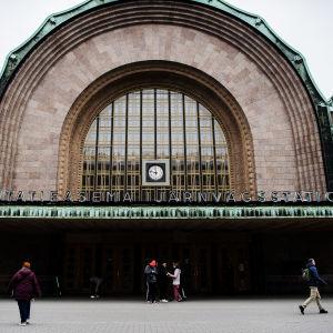 Kuvassa on Helsingin päärautatieasema maaliskuussa.