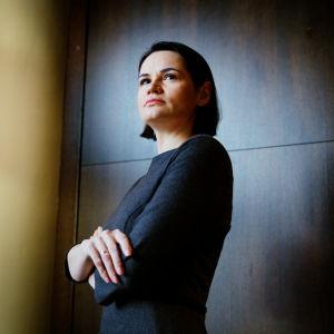 Mörkhårig kvinna i blå klänning. Den belarusiska oppositionsledaren Svetlana Tichanovskaja på besök i Finland.