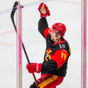 Mikko Lehtonen firar ett mål.