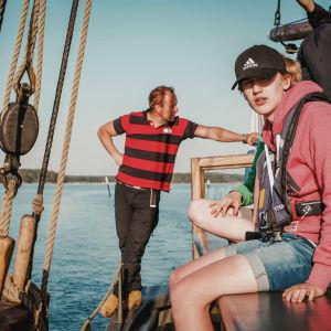 Kaljaasi Olgan kapteeni Kimmo Hotinen seuraa kun oppilaat navigoivat ohjaavat purjealusta Saaristomerellä.