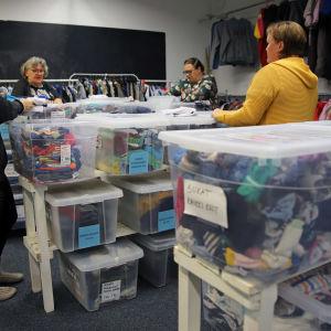 Hope ry:n vapaaehtoiset viikkaavat vaatteita Mikkelin Hope ry:n toimitiloissa.