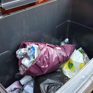 plastpåsar i soptunna