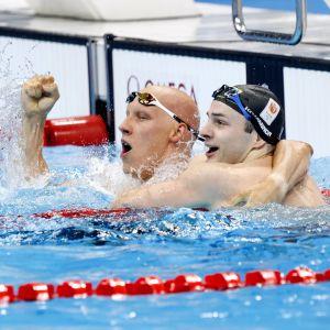 Matti Mattsson kramar sin nederländska motpart Arno Kamminga i vattnet och hurrar över att ha vunnit brons.