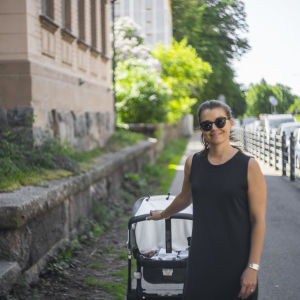 Aura Bade, som bor i Brunnsparken i Helsingfors, på gatan utanför huset vid Parkgatan 4.