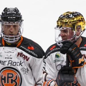 Arto Laatikainen och Petri Kontiola ser fundersamma ut.