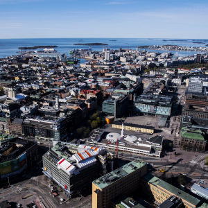 Ilmakuvassa on Kampin kauppakeskus ja Narinkkatori toukokuussa 2020.