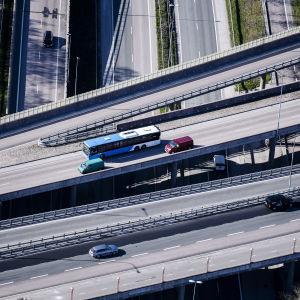 Ilmakuvassa on liikennettä pääkaupunkiseudulla toukokuussa 2020.