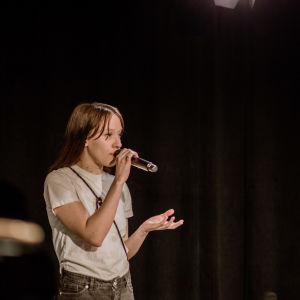 Sångaren Mia Kemppainen står på scenen.