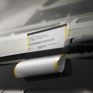 Felparkeringsavgift på vindrutan till en bil.