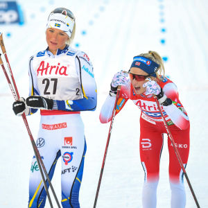 Vinnaren Therese Johaug (startnummer: 29) åkte i mål strax efter Frida Karlsson (27).