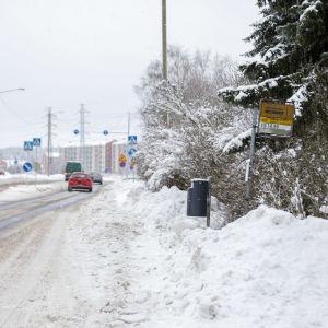 Trafik i Åbo. Till höger en igensnöad busshållsplats.