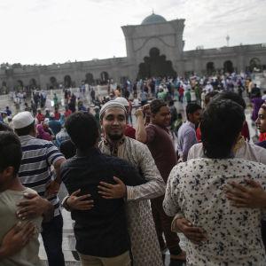 Muslimer i Kuala Lumpur omfamnar varandra under firandet av Eid Al-Fitr.