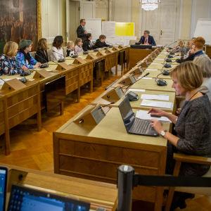 Valtioneuvoston sali, jossa lapsia on vierailulla.