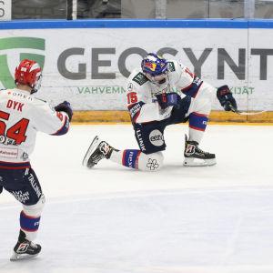 Anton Lundell går ner på knä och firar ett mål.