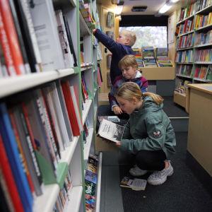 Nelosluokkalaisia Savonlinnan kirjastoautossa
