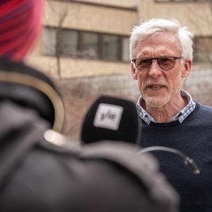 Markku Sainio blir intervjuad.
