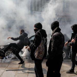 En demonstrant i Paris sparkade tårgasgranater tillbaka mot polisen under protesterna på onsdagen.