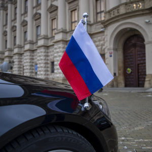 Den ryske ambassadörens bil stod utanför det tjeckiska utrikesministeriet i Prag på lördagen.
