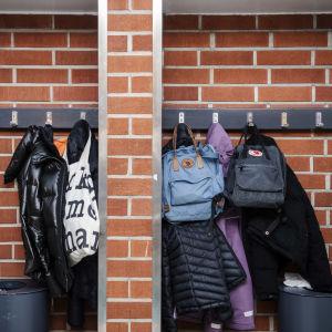 Jackor hänger på krokar i skolan.