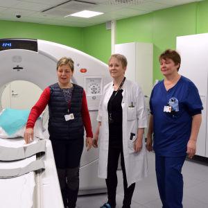 Birgitta Ivars (diagnostikcentrets överskötare), Susanna Luukkonen (diagnostikcentrets direktör) och Gun Berg (avdelningsskötare på enheten för klinisk fysiologi och isotopmedicin.