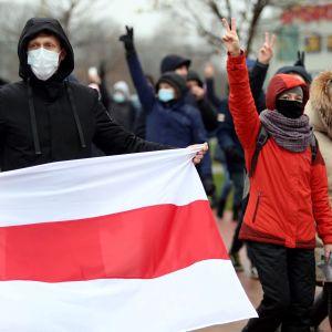 Oppositionsanhängare tågade längs gatorna på tiotals olika platser i Minsk på söndagen.