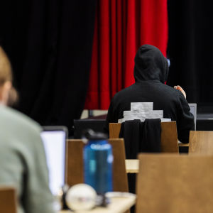 Ylioppilaskokelas oli peittänyt vieraskieliset sanat hupparistaan teipillä.