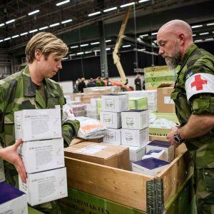 Försvaret packar upp sjukvårdsutrustning.
