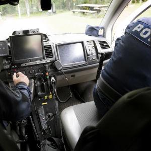 Poliser i polisbil.