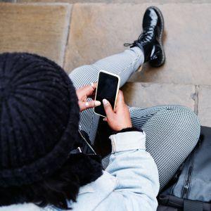 Nuori käyttää puhelinta.