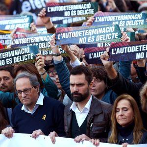 Quim Torra, Roger Torrent och Montserrat Puigdemont i främsta led i demonstration för katalanska separatistledare.