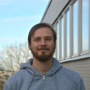 Profilbild på forskare Jani Sormunen i grå tröja.