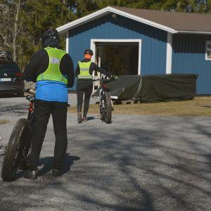 Ingvar och Rose Helsing kommer tillbaka från cykeltur.